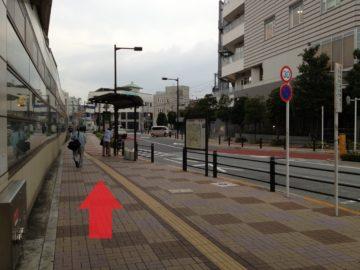 3.広い道に出たら左折します。バス停のある歩道をまっすぐ進みます。