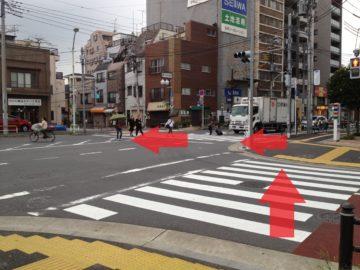 右へ渡ったらすぐ左へ渡ります。