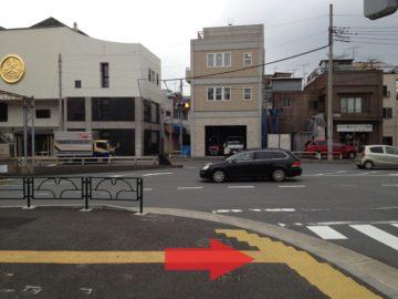 交差点に突き当たったら横断歩道を右へ渡ります。