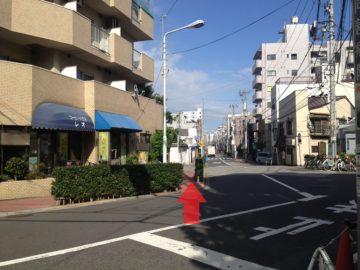 6.コーヒーハウス「レオ」の前の歩道へ渡ります.