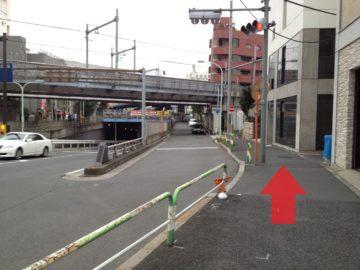 横断歩道を渡り終えたらすぐに左折し、歩道を線路に向かって進みます。