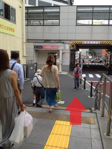 1.改札口を出て左へ曲がります。そのまままっすぐ進み、階段を下りてつくばエクスプレス駅の方へ。