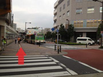 2.そのまままっすぐ進みます。バス停がある広い歩道です。
